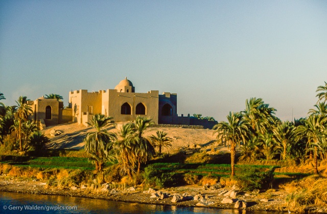A luxury house on the banks of the Nile between Aswan and Luxor (Egypt)